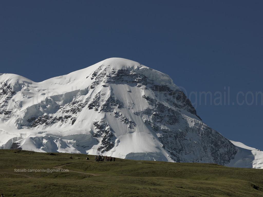 Zermatt CH 654 Riffelberg escursionisti dietro Breithorn 0000