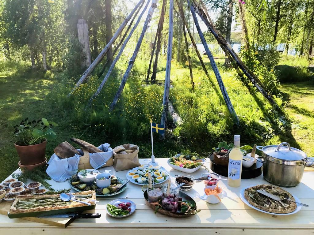 foto HuuvaHideaway_sami buffet all'aperto_Heart of Lapland (2)